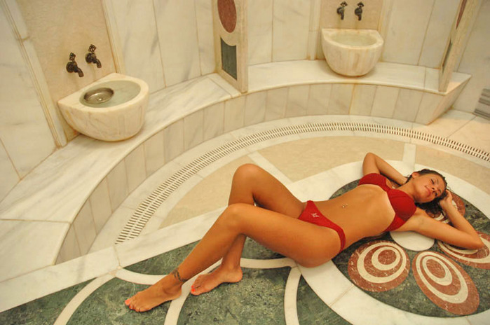 найти видео женщин в бане